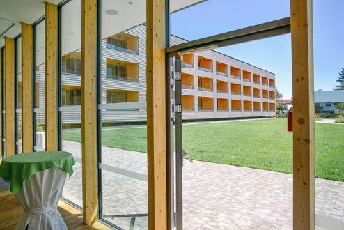 Blick aus dem Foyer in den Innenhof © Schafferer Holzbau GmbH