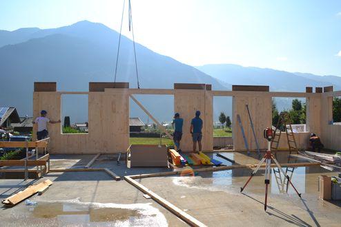 Montage der vorgefertigten Brettsperrholz-Elemente © binderholz
