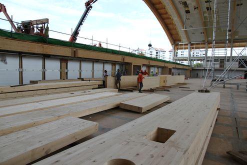 Montagearbeiten der Brettschichtholzträger