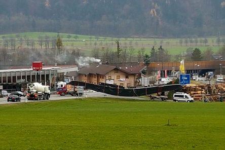 Anlieferung der 30 Meter langen Satteldachbinder