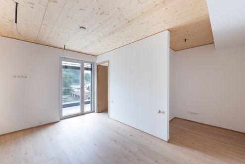 Innenansicht mit Brettsperrholz BBS-Decke in Wohnsichtqualität © Foto Gretter / Unterberger Immobilien