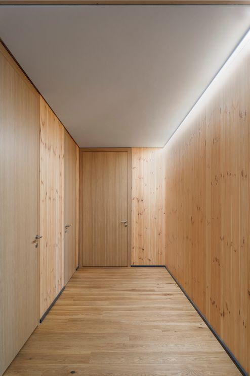 Pareti in legno X-LAM BBS con superficie in legno di pino locale © www.florianhammerich.com