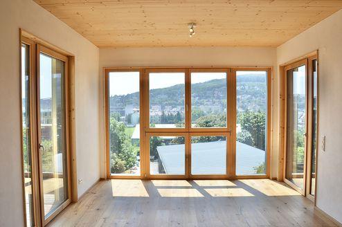 Blick aus dem Wohnaumbereich in den Innenhof © Karl Mach Holzbau GmbH