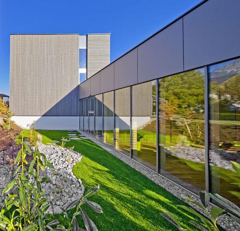 Außenansicht der Glas- und Eternitfassade des Wellnessbereichs © Retter Wolfgang