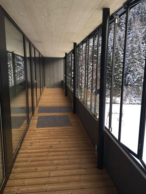 Gang mit Fensterfront © Schafferer Holzbau GmbH