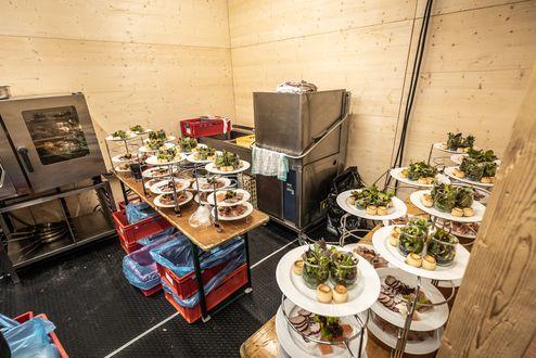 Küchenbereich mit sichtbaren Massivholzplatten © WWP