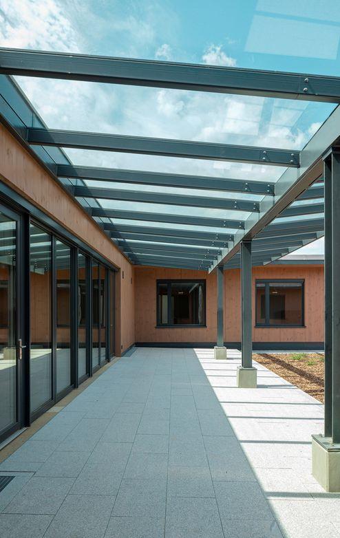 Area esterna con tetto in vetro © www.florianhammerich.com