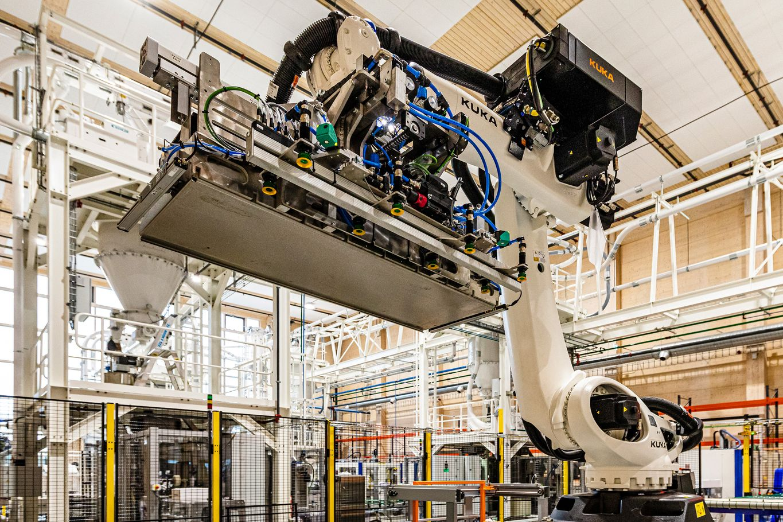 KUKA Verpackungsroboter in Industriegebäude aus Massivholz © JOH-SALG AS