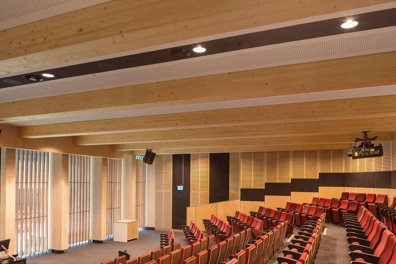 Sichtbares Brettschichtholz in der Aula © architectus
