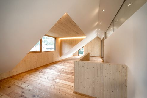 Die Großzügigen Fenster bieten im Dachgeschoss viel Tageslicht © m3-zt