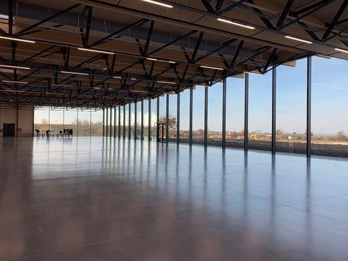 Espacio interior generoso y configurado de forma abierta © LV & DE-SO architectes