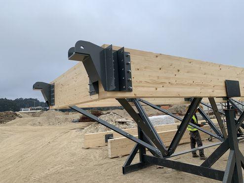 Estructura híbrida de vigas de madera laminada encolada con entramado de acero © LV & DE-SO architectes