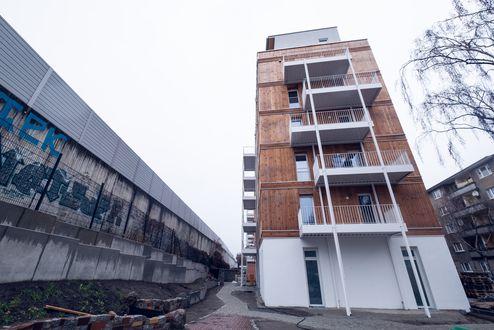 Die Lärmschutzwand trennt das Gebäude von der Bahntrasse @ binderholz