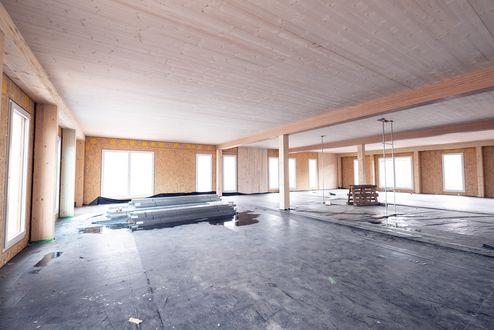 Die tragende Struktur und das Dach wurden mit Brettsperrholz BBS Elementen realisiert © binderholz