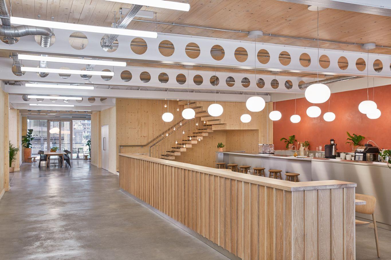 Cafeteria mit Übergang zum Stiegenhaus aus Brettsperrholz © Waugh Thistleton Architects