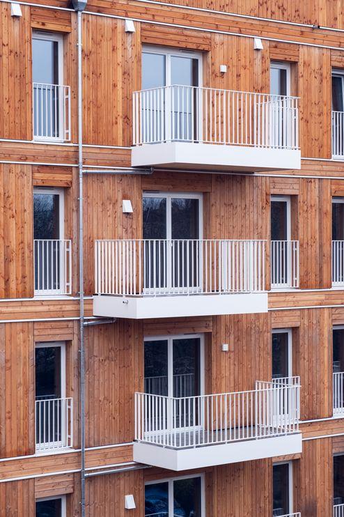 Die Außenwand besteht aus einer Holzrahmenständerkonstruktion mit hinterlüfteter Douglasienfassade @ binderholz