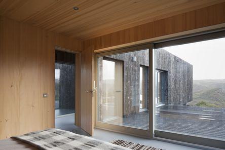 Schlafzimmer mit sichtbaren Holzoberflächen © David Barbour