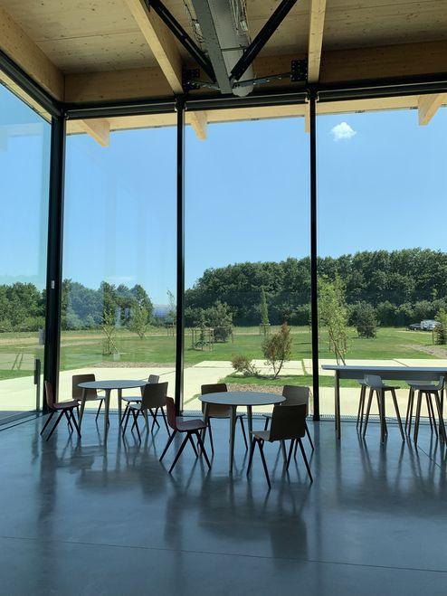 Los paneles de vidrio de altura de techo a suelo permiten amplias vistas © LV & DE-SO architectes