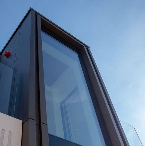 Die großen Fenster bieten viel Tageslicht © RED Construction Group