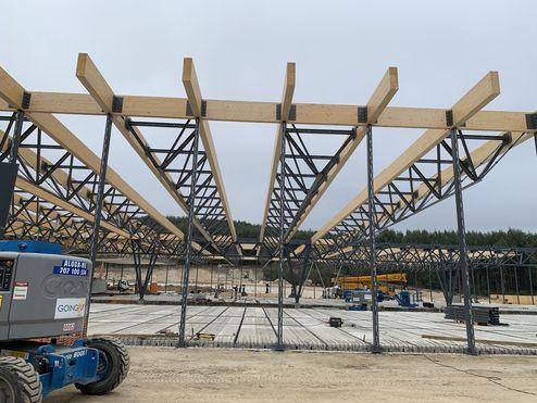 Construction hybride de poutres de bois lamellé-collé et de colombages d'acier © LV & DE-SO architectes
