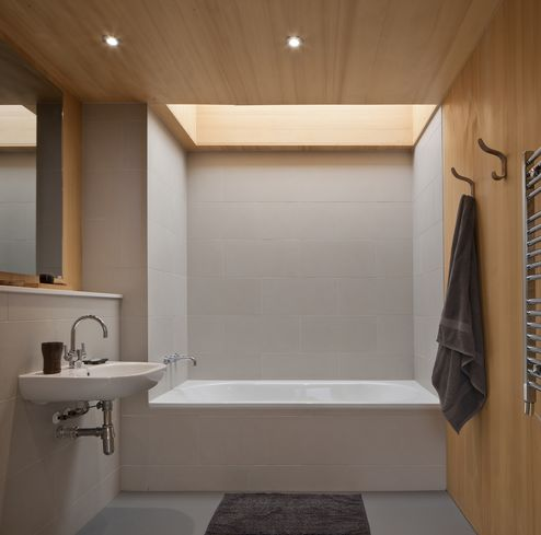 Das Badezimmer kombiniert die Optik von Massivholzplatten und Fliesen © David Barbour