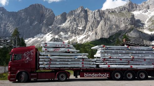 Truck delivery of solid wood elements © Alpenverein Austria