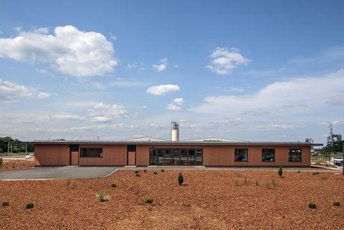 Immobile per uffici con sito produttivo sullo sfondo © www.florianhammerich.com