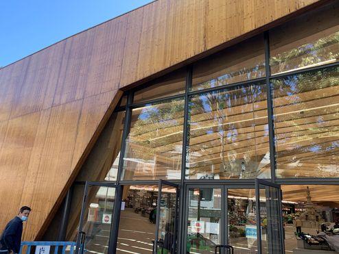 La façade a été pourvue d'un parement en panneaux 3 plis en bois massif © binderholz