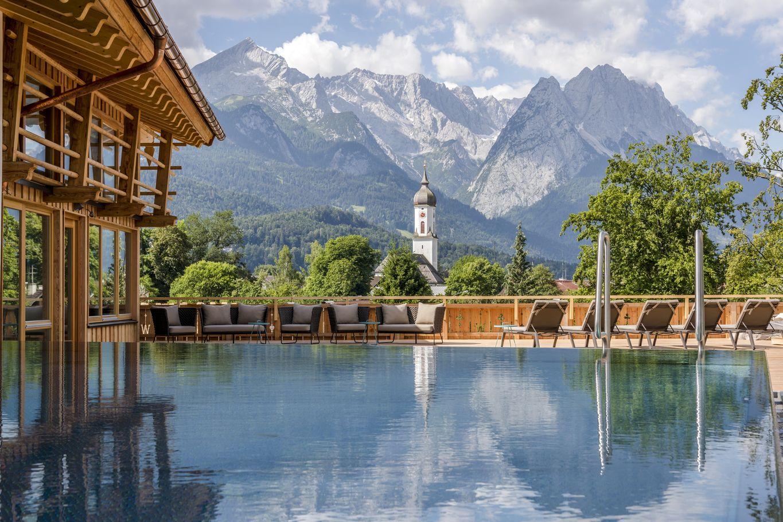 Rooftop-Pool mit Aussicht auf die Alpen