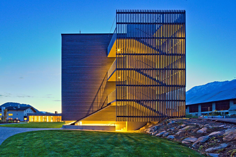 Beleuchtung des neuen Gebäudekomplexes mit Außenstiege als Fluchtweg © Retter Wolfgang