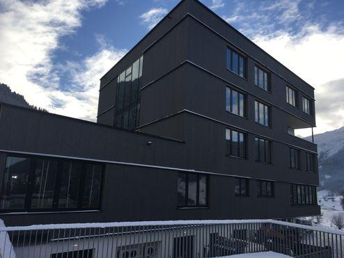 Baukörper mit grauer Holzfassade © Schafferer Holzbau GmbH