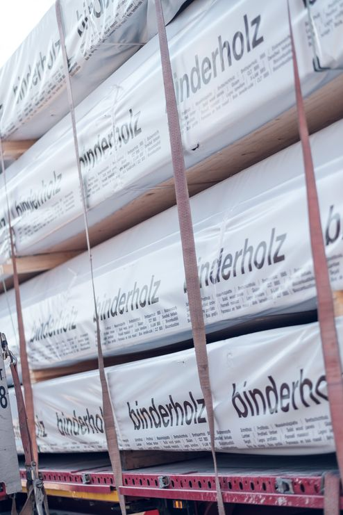 LKW-Anlieferung der Massivholzelemente © binderholz