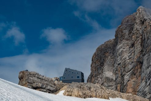 Seethalerhuette at the foot of the Hoher Dachstein mountain © Richard Goldeband