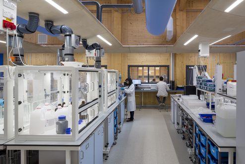 Hochmodernes Labor mit sichtbaren Holzoberflächen