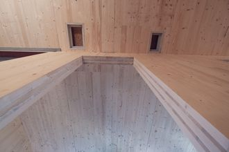 Die tragende Struktur und das Dach wurden mit Brettsperrholz BBS Elemente realisieren © binderholz