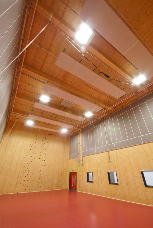 Sporthalle mit sichtbaren Massivholz Elementen