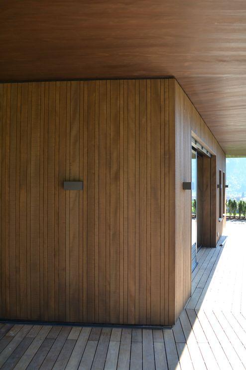 Fassade aus Hobelware in Weißtanne und Deckenuntersicht aus Tanne-Massivholzplatten © binderholz