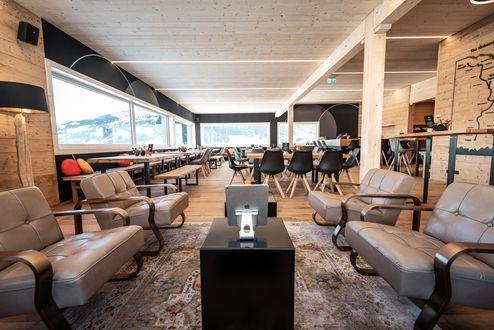 Loungebereich mit sichtbarer binderholz Brettsperrholz BBS Decke © WWP