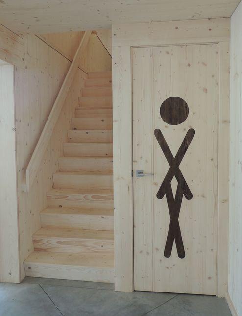 Stiegen und Sanitärräumlichkeit aus Massivholz © Gisèle Gantois