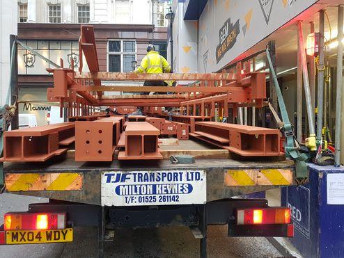 Spezialkran zum Einheben © RED Construction Group