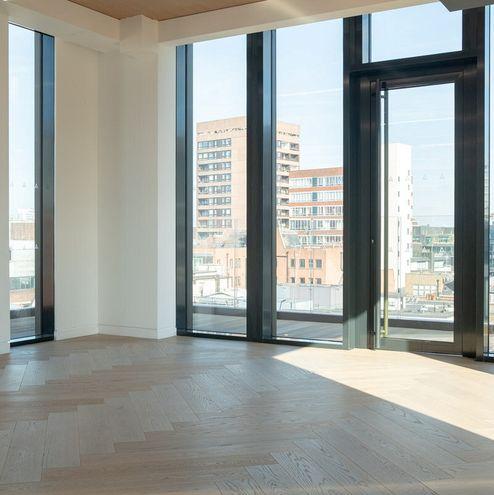 Die großen Fenster bieten viel Tageslicht und Stadtpanorama © RED Construction Group