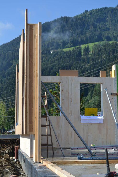Brettsperrholz-Elemente mit gedämmten Stegträgern und Holzweichfaserplatten © binderholz