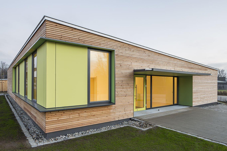 Detailansicht der Fassadenschalung in Kombination mit den Fassadenplatten