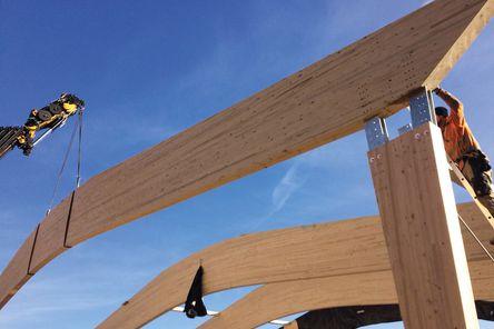 Die abgebundenen BSH-Elemente werden auf der Baustelle zusammengesteckt