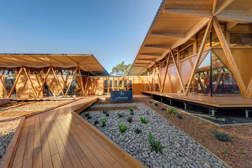 In der Außenansicht befinden sich verschiedene Produkte aus Holz © Murray Fredericks