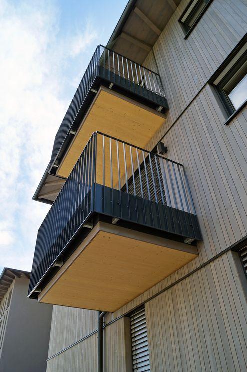 Holzelemente in Sichtqualität auch an den Balkonuntersichten