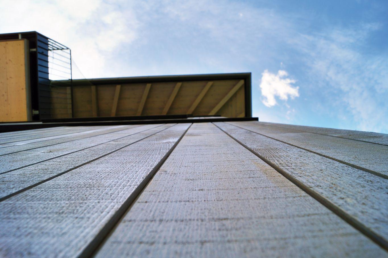 Sägeraue Fassadenbretter mit Vorvergrauungsanstrich