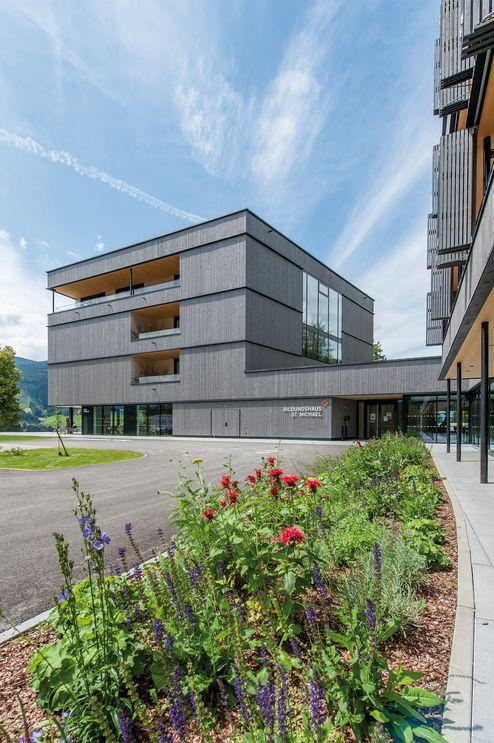 Holz als zentrales Element des Neubaus © eli.zweiraum