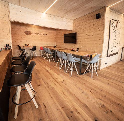 Loungebereich mit Brettsperrholz-Decke, Brettschichtholz-Unterzug und Profilhölzern als Wandverkleidung © WWP