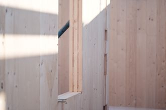 Montage Brettsperrholz BBS Wandscheiben mit Fensterausschnitten © binderholz